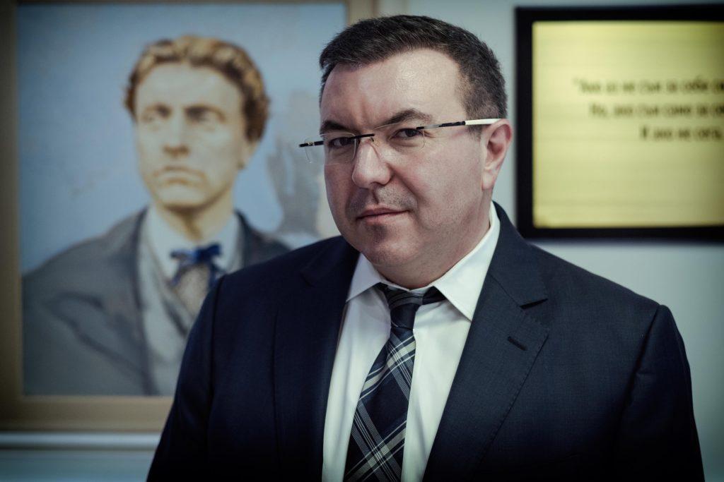 Хладнокръвният директор д-р Костадин Ангелов – Владимир Карамазов